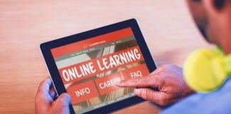 Imagem 3d composta de imagem gerada por computador da relação do ensino eletrónico na tela Imagem de Stock