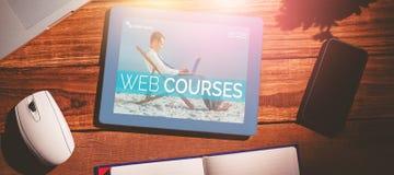 Imagem 3d composta do homem de negócios que aprende na praia Fotos de Stock Royalty Free