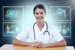 Imagem 3d composta do retrato do doutor fêmea de sorriso que senta-se na mesa Imagens de Stock Royalty Free