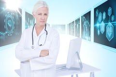 Imagem 3d composta do retrato do doutor fêmea seguro que está pela mesa Fotos de Stock Royalty Free