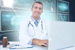Imagem 3d composta do retrato do homem de negócios de sorriso que usa o portátil Imagem de Stock