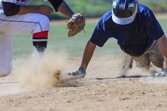 Imagem da ação do basebol - dirija deslizam primeiramente na base Imagem de Stock Royalty Free