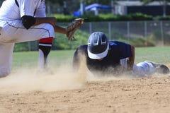 Imagem da ação do basebol - dirija deslizam primeiramente na base Imagens de Stock Royalty Free