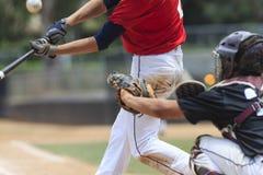 Imagem da ação do basebol -- Massa com a bola na imagem Imagem de Stock
