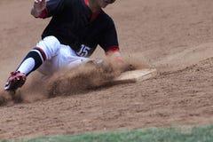 Imagem da ação do basebol - os pés primeiramente deslizam na base Imagem de Stock Royalty Free