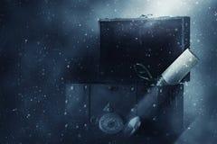 Imagem da arca do tesouro de madeira velha aberta misteriosa sobre o fundo gótico do blizzard e do fumo Uma aventura e uma fantas fotografia de stock royalty free