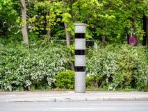 Imagem da armadilha de radar nova ou da armadilha de velocidade, Radarfalle alem?o, no tr?fego de cidade alem?o imagem de stock