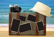 Imagem da bagagem velha do vintage, do chapéu do fedora, da câmera velha da foto do vintage e de fotos vazias para o modelo da mo Imagem de Stock