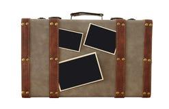 Imagem da bagagem velha do vintage com as fotos vazias para o modelo da montagem da fotografia isolado no branco Foto de Stock