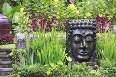 Imagem da Buda com água de queda no jardim tropical em Ubud, Bali Fotografia de Stock Royalty Free