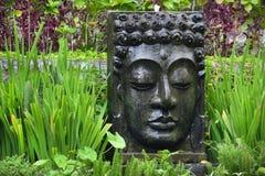 Imagem da Buda com água de queda no jardim tropical em Ubud, Bali Fotografia de Stock