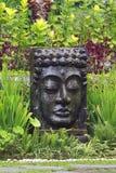 Imagem da Buda com água de queda no jardim tropical em Ubud, Bali Imagem de Stock