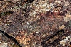 Imagem da caça antiga na parede do ocre da caverna Arte hist?rica archeology fotos de stock