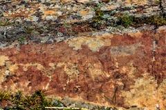 Imagem da caça antiga na parede do ocre da caverna Arte hist?rica archeology fotografia de stock royalty free