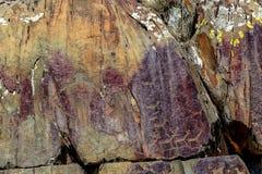 Imagem da caça antiga na parede do ocre da caverna Arte hist?rica archeology fotos de stock royalty free