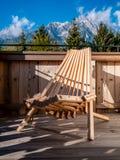 Imagem da cadeira de madeira no balcão na paisagem alpina fotos de stock royalty free