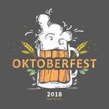 A imagem da caneca de cerveja encheu-se com a cerveja com espuma de fluxo O ` de Oktoberfest do ` da inscrição Imagens de Stock