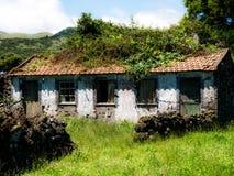 Imagem da casa abandonada na paisagem fotografia de stock royalty free