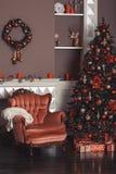 Imagem da chaminé e da árvore de Natal decorada Fotografia de Stock
