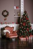 Imagem da chaminé e da árvore de Natal decorada Foto de Stock