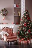 Imagem da chaminé e da árvore de Natal decorada Fotos de Stock