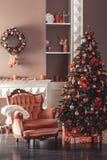 Imagem da chaminé e da árvore de Natal decorada Imagem de Stock Royalty Free