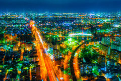 A imagem da cidade da noite da altura de um voo do ` s do pássaro Fotografia de Stock