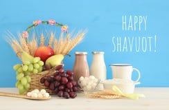 Imagem da colagem da vista superior dos produtos láteos e dos frutos Símbolos do feriado judaico - Shavuot fotografia de stock royalty free