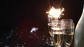 Imagem da composição do partido Vidros enchidos com o champanhe colocado na tabela preta vídeos de arquivo