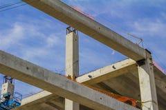 Imagem da construção de uma construção com seus feixes e telhado concreto fotografia de stock royalty free