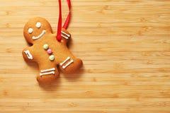 Imagem da cookie do homem de pão-de-espécie sobre a textura de madeira Foto de Stock