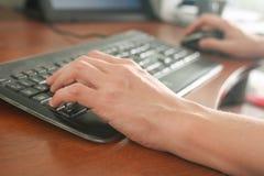 Imagem da dactilografia das mãos do homem Foco seletivo Fotos de Stock Royalty Free