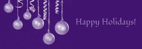 A imagem da decoração festiva da bola do ouro da árvore do Natal na frente do fundo preto lá é o texto boas festas Foto de Stock