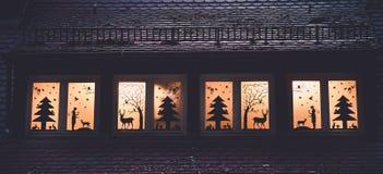 Imagem da decoração da janela com as silhuetas as mais forrest do conto de fadas fotografia de stock
