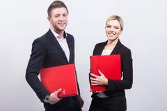 Imagem da equipe de trabalhadores de escritório com originais nas mãos Imagem de Stock Royalty Free