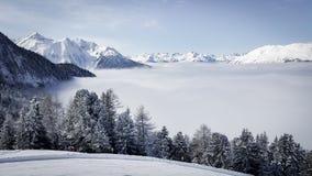 Imagem da estância de esqui nas montanhas com baixo stratus sobre os vales foto de stock royalty free