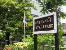 A imagem da estação de trem de Krabang do Lat mostra sua plataforma com sinal da estação imagem de stock