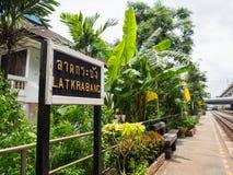 A imagem da estação de trem de Krabang do Lat mostra sua plataforma com sinal da estação fotos de stock royalty free