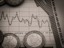 Imagem da estratégia de investimento do dinheiro com moedas e contas do euro imagens de stock royalty free