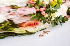 Imagem da foto de uma caixa vermelha de veludo com alianças de casamento dos noivos Fotografia de Stock Royalty Free