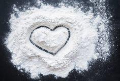 Imagem da ideia de Valentine Day Concept - forma do coração em uma farinha do cozimento Fotografia de Stock