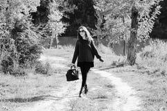 Imagem da jovem senhora bonita nos óculos de sol com Fotografia de Stock Royalty Free