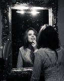 Imagem da jovem senhora bonita sensual que olha no espelho Imagem de Stock Royalty Free