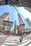 Imagem da lente de Fisheye do cruzamento pedestre na quinta avenida ocupada e no 3ó canto do leste do St Fotografia de Stock