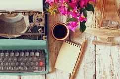 Imagem da máquina de escrever do vintage com papel vazio na tabela de madeira Fotos de Stock Royalty Free