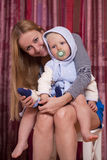 Imagem da mãe feliz com bebê adorável Fotos de Stock Royalty Free