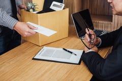 Imagem da mão do homem de negócios que guarda a caixa de cartão e que envia um re foto de stock