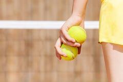 Imagem da mão do jogador de tênis com duas bolas imagens de stock