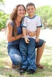 Imagem da matriz de inquietação que abraça seu filho Fotografia de Stock Royalty Free