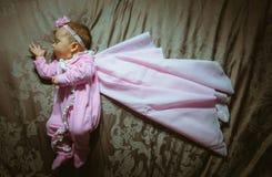 Imagem da menina bonito no terno e no casaco cor-de-rosa Imagem de Stock